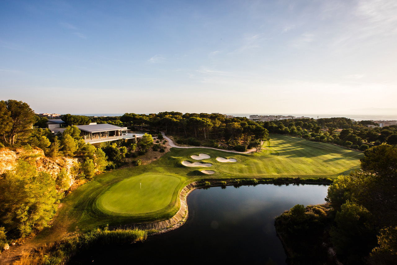 The 18th hole of The Hills Course, Lumine, overlooked by the stunning Hills Clubhouse